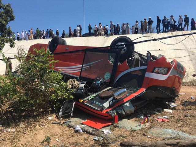 Hiện trường thảm khốc vụ xe chở du khách nước ngoài lao xuống vực ở Bình Thuận - Ảnh 9.