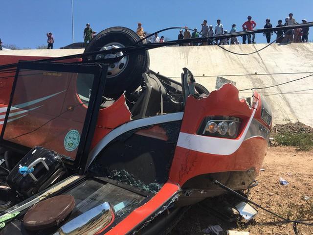 Hiện trường thảm khốc vụ xe chở du khách nước ngoài lao xuống vực ở Bình Thuận - Ảnh 10.