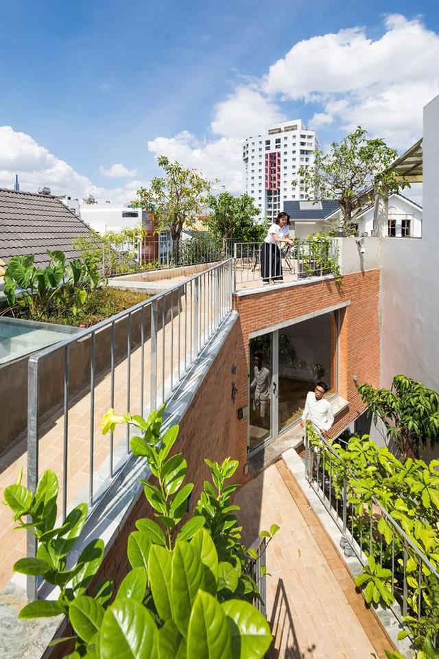 Nhà phố 3 tầng tuyệt đẹp với bể bơi và hàng chục khu vườn ở Sài Gòn - Ảnh 2.