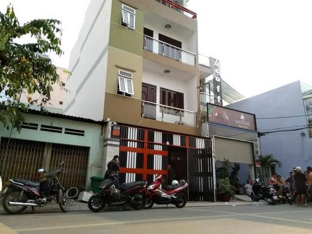 Khám xét nơi ở của Phúc XO tại Sài Gòn - Ảnh 1.