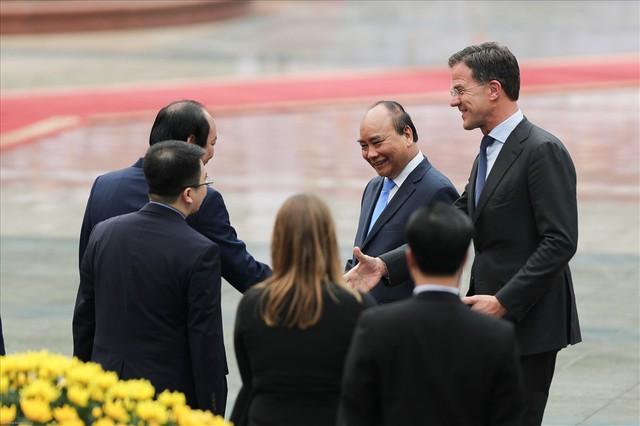 Lễ đón trọng thể Thủ tướng Hà Lan thăm Việt Nam tại Phủ Chủ tịch - Ảnh 3.