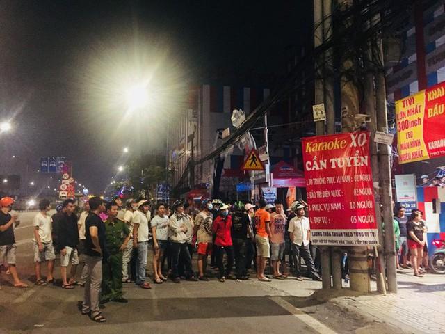 Người dân háo hức livestream cảnh công an xuyên đêm khám xét quán karaoke của Phúc XO - Ảnh 2.