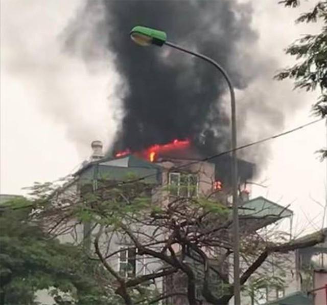 Tòa nhà 5 tầng trên phố Hà Nội bốc cháy ngùn ngụt lúc sáng sớm - Ảnh 1.