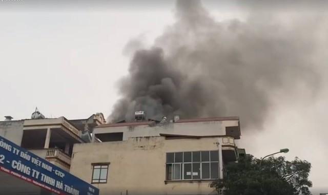 Tòa nhà 5 tầng trên phố Hà Nội bốc cháy ngùn ngụt lúc sáng sớm - Ảnh 2.