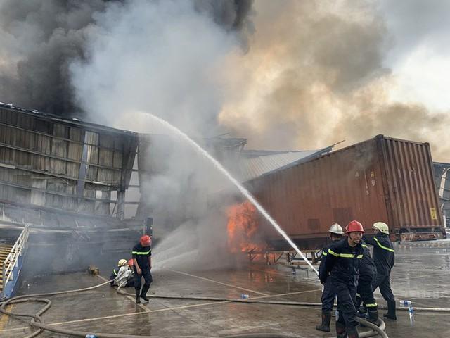 CLIP: Cháy dữ dội tại KCN Sóng Thần 2, giáp ranh TPHCM – Bình Dương - Ảnh 3.