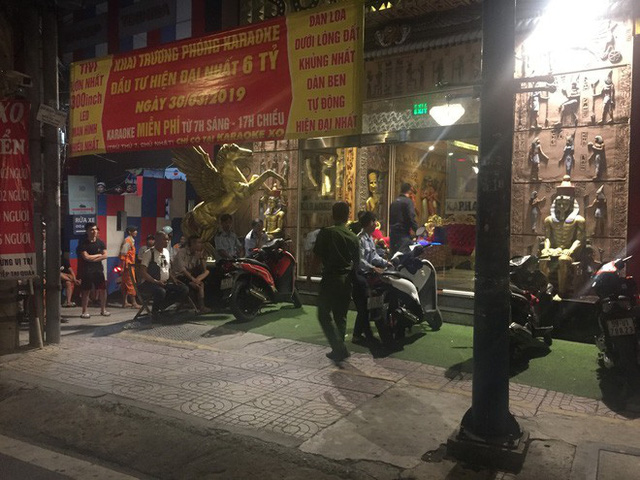 Người dân háo hức livestream cảnh công an xuyên đêm khám xét quán karaoke của Phúc XO - Ảnh 3.