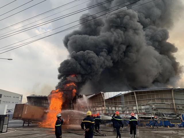 CLIP: Cháy dữ dội tại KCN Sóng Thần 2, giáp ranh TPHCM – Bình Dương - Ảnh 4.