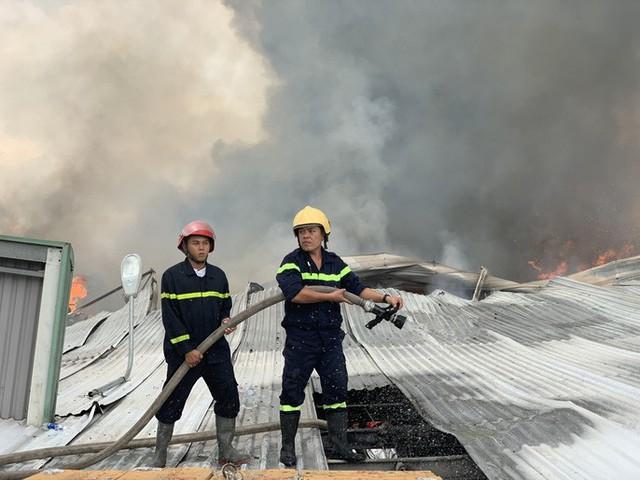 CLIP: Cháy dữ dội tại KCN Sóng Thần 2, giáp ranh TPHCM – Bình Dương - Ảnh 6.