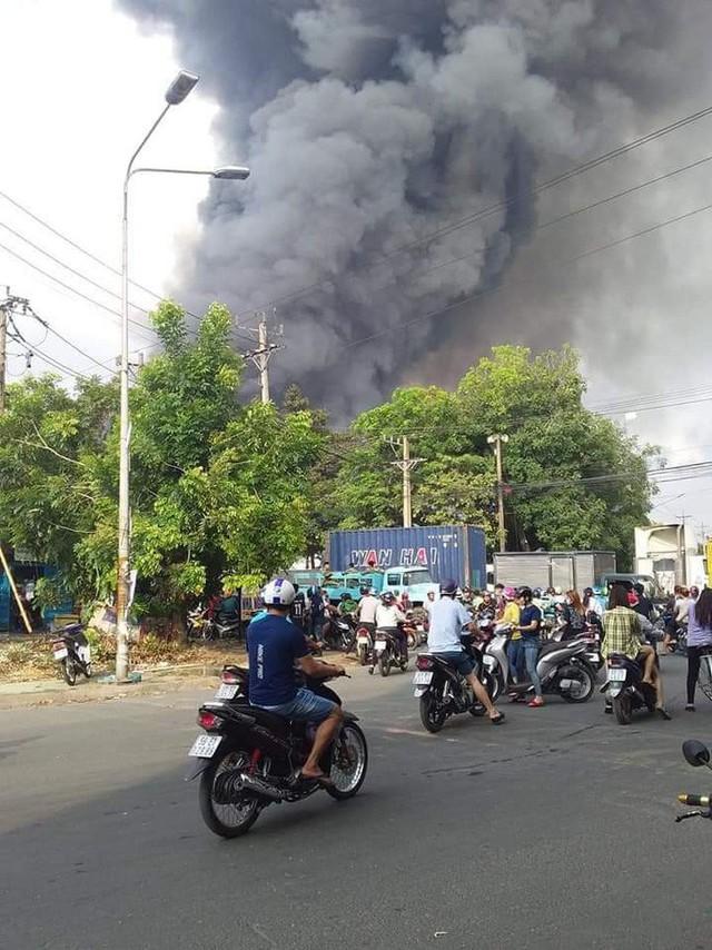 CLIP: Cháy dữ dội tại KCN Sóng Thần 2, giáp ranh TPHCM – Bình Dương - Ảnh 7.