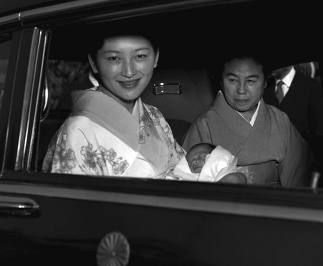 Chuyện tình lãng mạn 60 năm của Vua và Hoàng hậu Nhật Bản: Dù bao năm đi nữa vẫn vui vẻ chơi tennis cùng nhau - Ảnh 6.