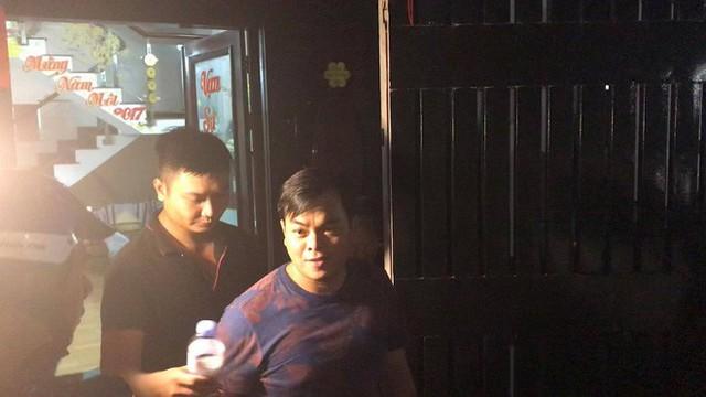 Người dân háo hức livestream cảnh công an xuyên đêm khám xét quán karaoke của Phúc XO - Ảnh 7.