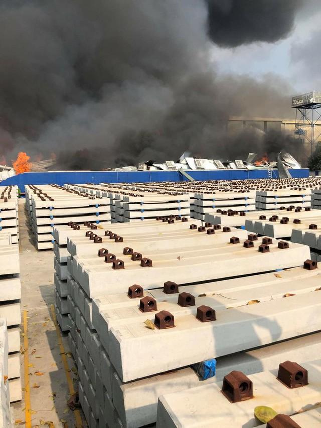 CLIP: Cháy dữ dội tại KCN Sóng Thần 2, giáp ranh TPHCM – Bình Dương - Ảnh 8.