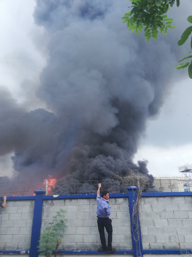 CLIP: Cháy dữ dội tại KCN Sóng Thần 2, giáp ranh TPHCM – Bình Dương - Ảnh 10.