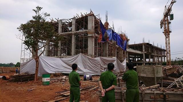 Sập tòa nhà đang xây ở Đắk Lắk, nhiều người bị thương - Ảnh 1.