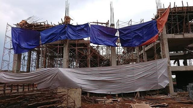 Sập tòa nhà đang xây ở Đắk Lắk, nhiều người bị thương - Ảnh 2.