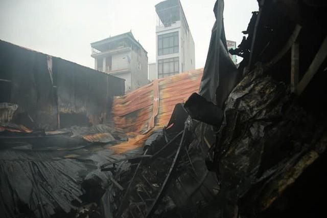 NÓNG: 8 người chết và mất tích trong vụ cháy nhà xưởng ở Hà Nội - Ảnh 1.
