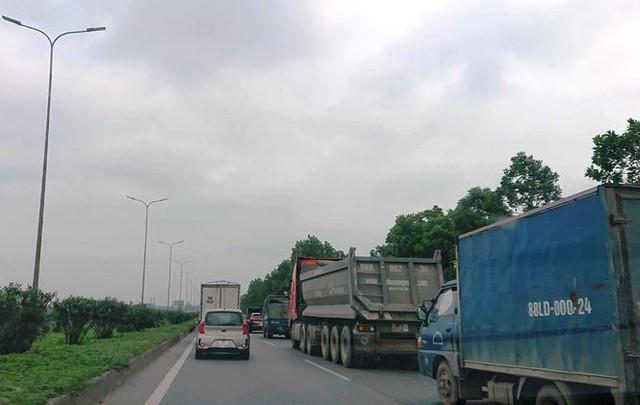 Ô tô ùn tắc hàng km trên cao tốc Hà Nội - Bắc Giang - Ảnh 1.