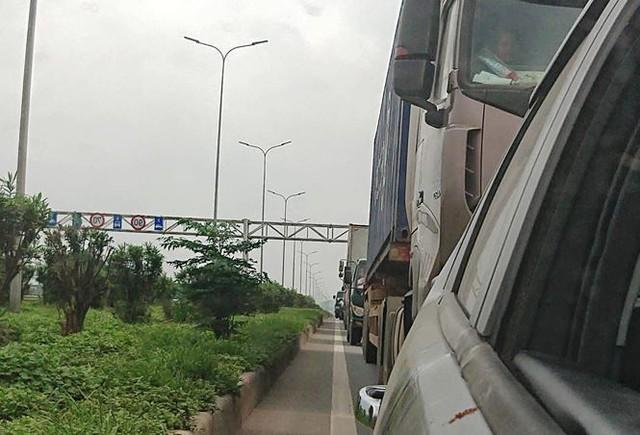 Ô tô ùn tắc hàng km trên cao tốc Hà Nội - Bắc Giang - Ảnh 2.