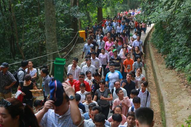 Hàng vạn du khách đổ về Đền Hùng trước ngày giỗ tổ  - Ảnh 13.