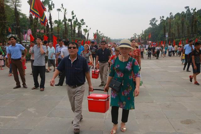 Hàng vạn du khách đổ về Đền Hùng trước ngày giỗ tổ  - Ảnh 18.