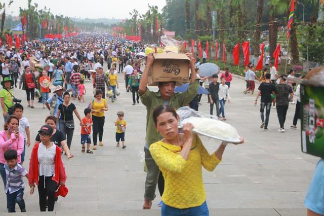 Hàng vạn du khách đổ về Đền Hùng trước ngày giỗ tổ  - Ảnh 19.