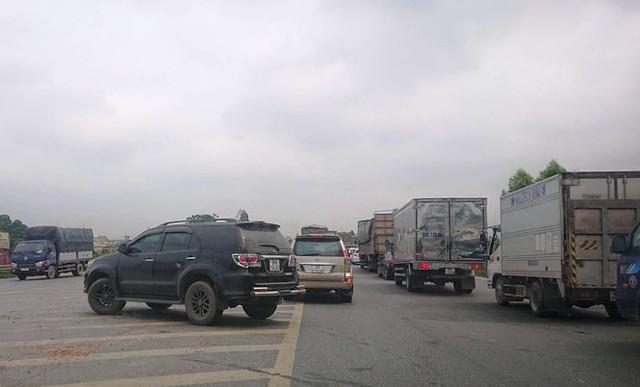 Ô tô ùn tắc hàng km trên cao tốc Hà Nội - Bắc Giang - Ảnh 3.