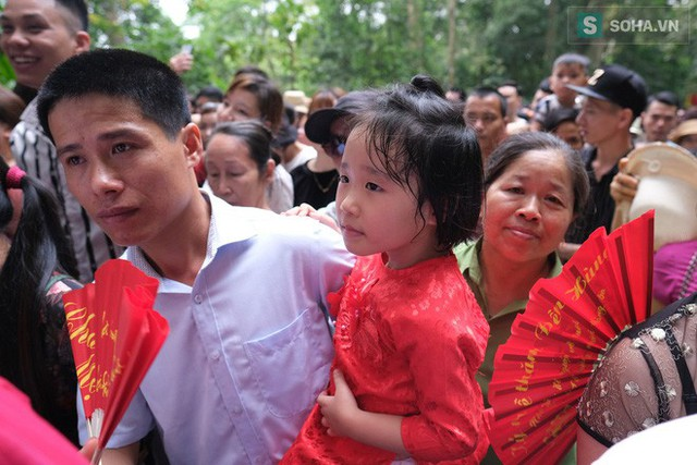 [Ảnh] Nhiều trẻ nhỏ lạc cha mẹ, hoảng sợ giữa biển người đổ về Lễ hội Đền Hùng - Ảnh 4.