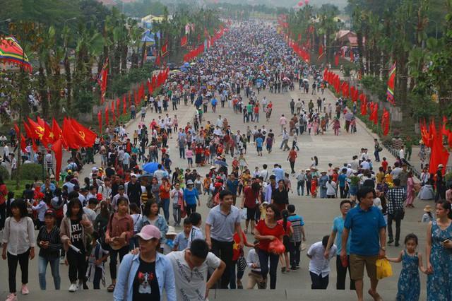 Hàng vạn du khách đổ về Đền Hùng trước ngày giỗ tổ  - Ảnh 5.