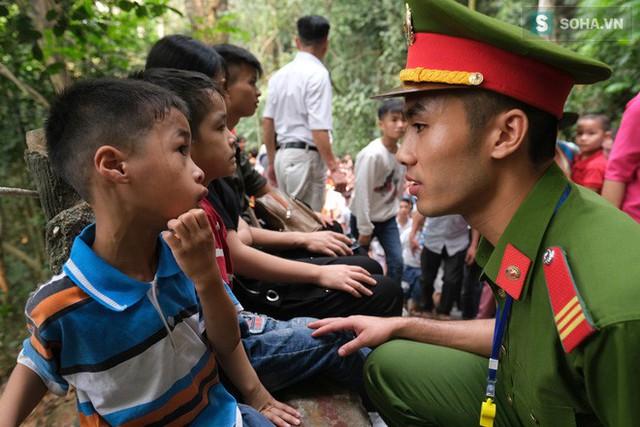 [Ảnh] Nhiều trẻ nhỏ lạc cha mẹ, hoảng sợ giữa biển người đổ về Lễ hội Đền Hùng - Ảnh 6.