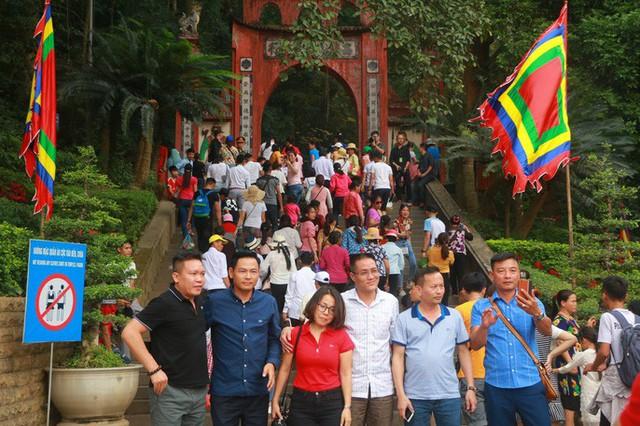 Hàng vạn du khách đổ về Đền Hùng trước ngày giỗ tổ  - Ảnh 7.