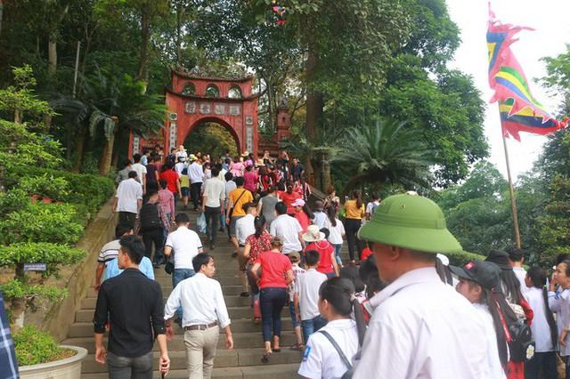 Hàng vạn du khách đổ về Đền Hùng trước ngày giỗ tổ  - Ảnh 8.