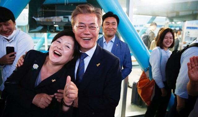Mối tình lãng mạn của Tổng thống Hàn Quốc và vợ: Từ giảng đường đến chính trường, hơn 40 năm dài vẫn nắm chặt tay nhau - Ảnh 9.