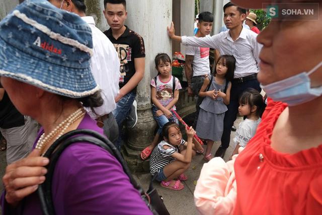 [Ảnh] Nhiều trẻ nhỏ lạc cha mẹ, hoảng sợ giữa biển người đổ về Lễ hội Đền Hùng - Ảnh 9.