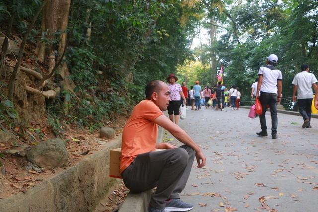 Hàng vạn du khách đổ về Đền Hùng trước ngày giỗ tổ  - Ảnh 9.