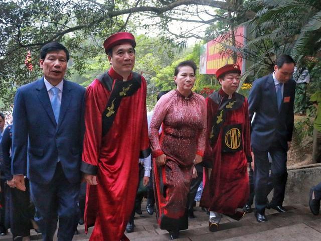 Chủ tịch Quốc hội Nguyễn Thị Kim Ngân dâng hương các Vua Hùng  - Ảnh 1.