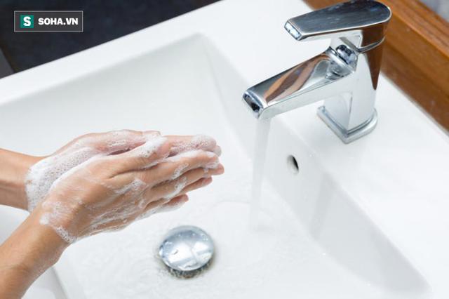Rửa tay cực quan trọng để tránh mắc bệnh: 7 vật dụng nếu chạm vào nhất định phải rửa tay - Ảnh 1.