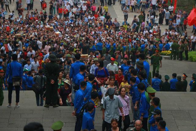 Cận cảnh vạn người chen chúc nghẹt thở ngày chính hội Đền Hùng  - Ảnh 3.