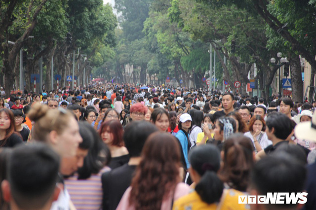 Ảnh: Phố đi bộ Hồ Gươm đặc kín người trong ngày nghỉ lễ giỗ Tổ Hùng Vương - Ảnh 1.