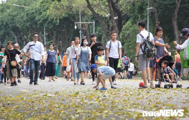 Ảnh: Phố đi bộ Hồ Gươm đặc kín người trong ngày nghỉ lễ giỗ Tổ Hùng Vương - Ảnh 2.