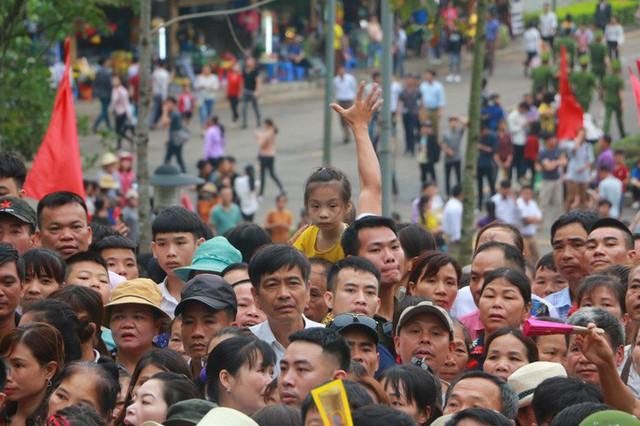 Cận cảnh vạn người chen chúc nghẹt thở ngày chính hội Đền Hùng  - Ảnh 15.