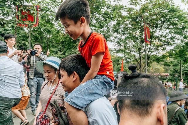 Chùm ảnh: Em nhỏ hoảng sợ khóc thét, được người nhà lôi kéo chen chúc giữa biển người tiến vào đền Hùng - Ảnh 15.