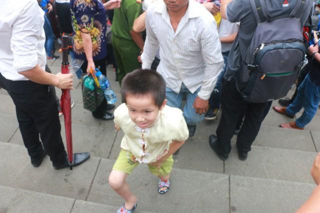 Cận cảnh vạn người chen chúc nghẹt thở ngày chính hội Đền Hùng  - Ảnh 19.