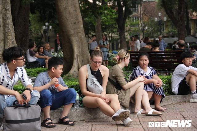 Ảnh: Phố đi bộ Hồ Gươm đặc kín người trong ngày nghỉ lễ giỗ Tổ Hùng Vương - Ảnh 3.