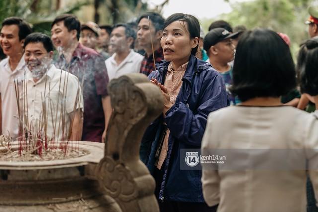 Chùm ảnh: Em nhỏ hoảng sợ khóc thét, được người nhà lôi kéo chen chúc giữa biển người tiến vào đền Hùng - Ảnh 24.