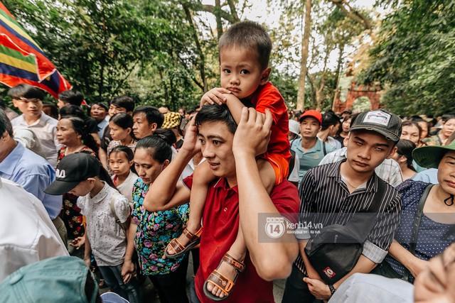 Chùm ảnh: Em nhỏ hoảng sợ khóc thét, được người nhà lôi kéo chen chúc giữa biển người tiến vào đền Hùng - Ảnh 25.