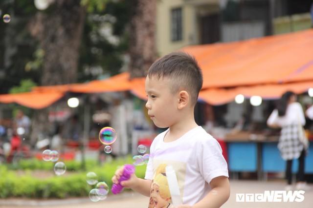 Ảnh: Phố đi bộ Hồ Gươm đặc kín người trong ngày nghỉ lễ giỗ Tổ Hùng Vương - Ảnh 4.