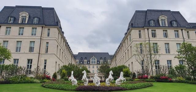 Cận cảnh khu trụ sở 2 tỷ USD mang phong cách châu Âu của Huawei - Ảnh 5.