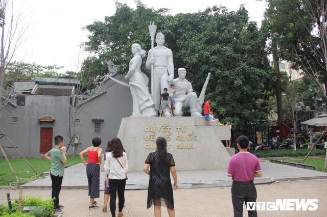 Ảnh: Phố đi bộ Hồ Gươm đặc kín người trong ngày nghỉ lễ giỗ Tổ Hùng Vương - Ảnh 6.