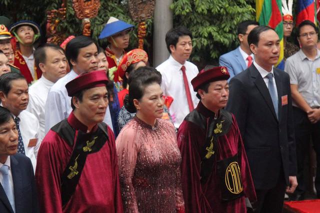 Chủ tịch Quốc hội Nguyễn Thị Kim Ngân dâng hương các Vua Hùng  - Ảnh 8.