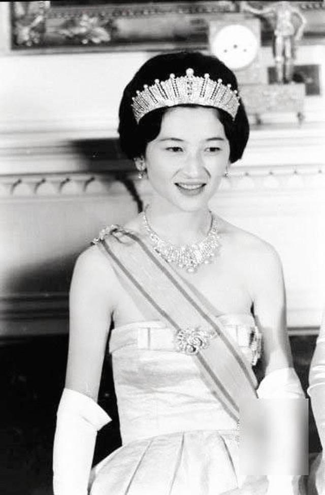 Nhan sắc kiều diễm của Hoàng hậu thường dân Michiko thời trẻ, khiến vua say đắm đến phá bỏ quy tắc Hoàng gia - Ảnh 8.
